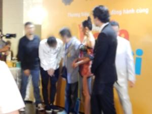 これはおまけ。一瞬のできごとでブレブレですが、タイ・ホアが原作の五十嵐先生にお礼を言ってお辞儀をしているところ。